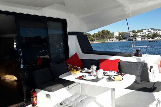 cubierta de un catamaran saona 47